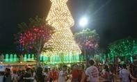 Ấn tượng với tháp nón khổng lồ chào mừng mùa Giáng sinh
