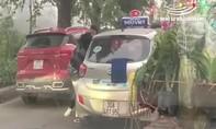 Cận cảnh 2 tài xế dừng xe giữa đường đánh nhau túi bụi