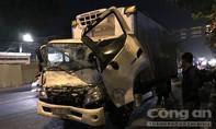 Xe tải tông xe múc công trình trên đường, tài xế kêu cứu trong cabin