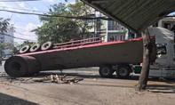 Xe đầu kéo chở sắt lật nhào ở Sài Gòn, nhiều người thoát chết