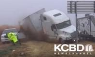 Clip cảnh sát Mỹ thoát chết khi xe container lật nhào