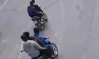 Bắt 5 đối tượng cầm hung khí rượt đuổi nhau trên phố