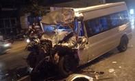 Đầu xe 16 chỗ bẹp dúm sau cú tông đuôi xe tải, tài xế tử vong