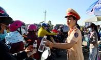CSGT phát 6.000 chai nước miễn phí cho người dân đi qua Vĩnh Long