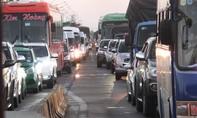 Ùn tắc tiếp diễn trong đêm, 3 giờ mới qua được cầu Mỹ Thuận