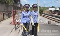 Nữ nhân viên đường sắt dũng cảm cứu cụ già trên đường ray