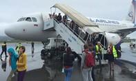 Clip cầu thang lên máy bay bị sập khiến 6 hành khách bị thương