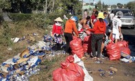 Người dân giúp lái xe thu gom hàng trăm thùng bia đổ ra đường