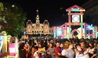 Hàng chục ngàn người đổ về đường hoa Nguyễn Huệ đêm khai mạc