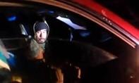 Clip nữ cảnh sát Mỹ né đạn và hạ gục tài xế dùng súng tấn công mình