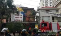 Dân vây kín xem Cảnh sát khống chế kẻ ngáo đá trong căn biệt thự