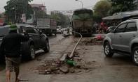 Trắng đêm cắt xe taxi đưa thi thể tài xế bị kẹt sau tai nạn ra ngoài