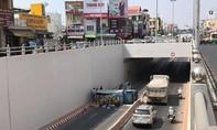 Xe tải chở nước ngọt lật, giao thông qua hầm chui Tân Phong tê liệt