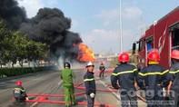 Cháy xe bồn chở nhiêu liệu ở Sài Gòn, cột khói cao hàng chục mét