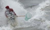 """Dân Malta lao ra biển vớt """"mưa cá"""", phớt lờ cảnh báo bão lớn"""