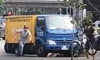 Bị ép vào lề, người đi xe đạp hạ gục tài xế xe tải bằng một cú đấm