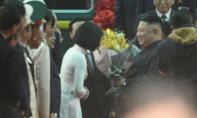 Nữ sinh mặc áo dài trắng tặng hoa ông Kim Jong Un