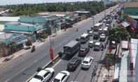Ô tô xếp hàng nhiều cây số chờ qua cầu Rạch Miễu