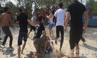 Giữa nắng, hàng trăm người tranh nhau quả cù cầu may