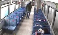 Clip người cha ngớ ngẩn bỏ quên con nhỏ trên tàu điện ngầm