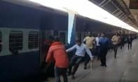 Hành khách thoát chết khi cố nhảy lên tàu hỏa đang chạy