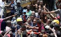 Clip trường tiểu học đổ sập, nhiều trẻ em bị chôn vùi