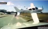 Clip máy bay rơi 'cắt mặt' xe tải trên cao tốc