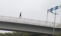Cô gái ngoại quốc rơi từ cầu vượt xuống đất nguy kịch