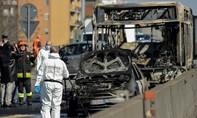 Bất mãn chính phủ, tài xế Ý bắt cóc 51 trẻ em rồi đốt xe buýt