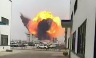 Nhà máy hóa chất phát nổ tạo thành đám mây khói hình nấm