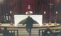 Clip linh mục bị kẻ lạ mặt đâm dao tại nhà thờ lớn nhất Canada