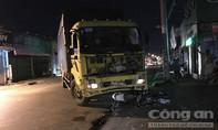 Xe máy lao thẳng vào đầu vào xe tải, 2 công nhân nguy kịch