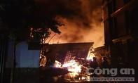 Cháy kinh hoàng nhà kho ở ven Sài Gòn