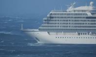 Clip du thuyền chở 1.400 người chết máy giữa biển, nhiều người vô tư vọc nước