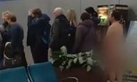 Clip người đàn ông bị bắt vì khỏa thân đi máy bay