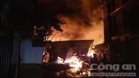Cháy lớn nhiều giờ ở ven Sài Gòn, người dân di tản trong đêm