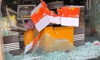 Xe ben văng bánh phá tan tiệm cà phê ở Sài Gòn