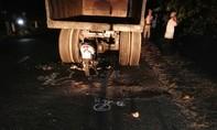 Xe máy chui tọt vào gầm máy cày, một người tử vong