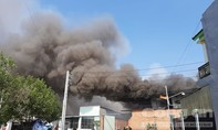 Khói lửa bao trùm xưởng sản xuất đồ gỗ trong khu dân cư ở Bình Dương