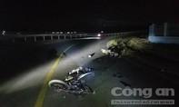 Xe máy đối đầu ở khúc cua gấp không đèn, 2 người thương vong