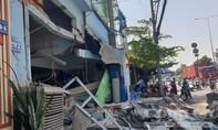 """""""Hung thần"""" container cày nát dải phân cách, tông sập nhà dân"""