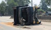 Xe tải tông dải phân cách lật giữa đường, tài xế nguy kịch