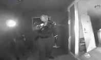 Clip cảnh sát Mỹ phá cửa vào nhà vì mẹ không chịu đưa con sốt cao đi khám