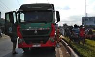Xe máy lọt gầm xe tải tại vòng xoay, một phụ nữ tử vong thương tâm