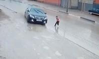 Tài xế đánh lái không tưởng, tránh bé trai chạy qua đường