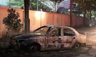 Người tập lái ô tô thoát chết sau khi lao xe vào bãi rác đang cháy