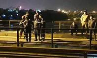 Tàu hỏa hất văng người đàn ông xuống sông Hồng mất tích