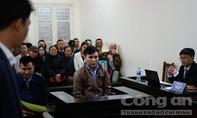 Châu Việt Cường chắp tay lạy mẹ cô gái bị nhét tỏi tại tòa