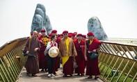 Đức Pháp Vương Gyalwang Drukpa làm lễ tại chùa Linh Ứng