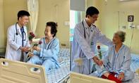 Nữ bệnh nhân xúc động khi được bác sĩ tặng hoa